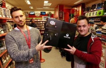 Davin Draycoot drejtor i CEX i dhuron konsolën Peter Clatworthy